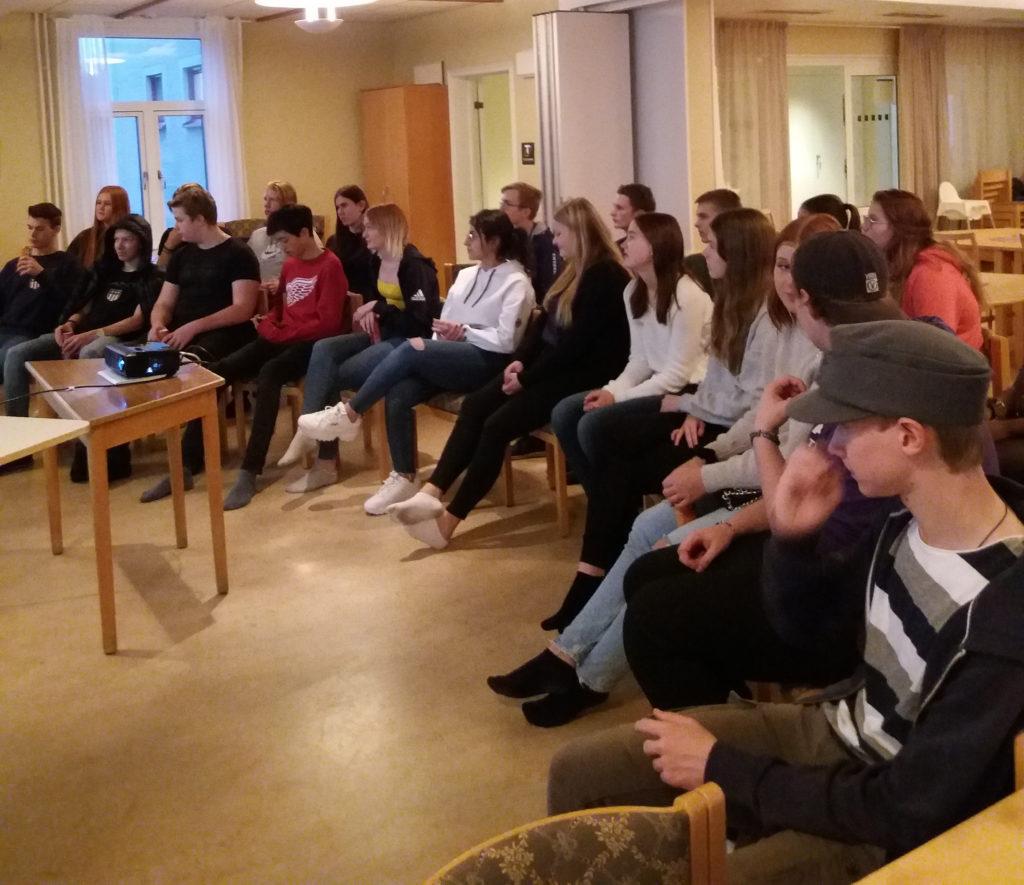 Ungdomar lyssnar på kvinnojourens föreläsning